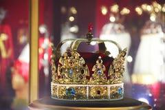 Guld- krona med ?delstenar arkivbild