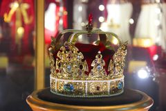 Guld- krona med ?delstenar arkivbilder
