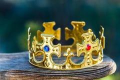 Guld- krona med stenar royaltyfri bild
