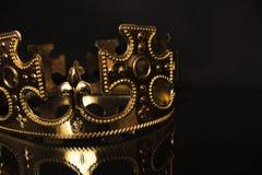 Guld- krona på en mörk bakgrund Fotografering för Bildbyråer
