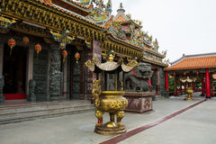 Guld- kruka i kinesisk tempel Royaltyfria Foton