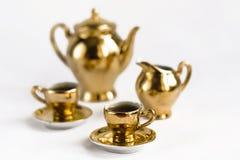 guld- krukar för kaffekoppar Arkivfoto