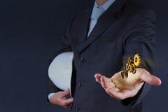 Guld- kugghjul för affärsmanhandshow till framgång Arkivbild
