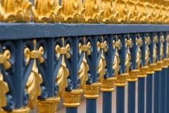 Guld- kunglig staketdetalj arkivfoto