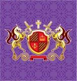 Guld- kungliga emblemhästar sköld och svärdvektor Art Purple Background Royaltyfri Bild