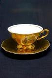Guld- kupa av tea Royaltyfri Bild