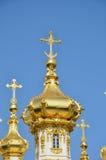 Guld- kupol av kyrkan på Peterhof arkivbilder