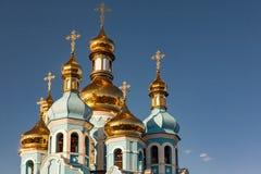 Guld- kupoler av den kristna kyrkan Arkivfoto