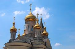 Guld- kupoler av den ortodoxa domkyrkan Arkivfoto