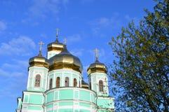 Guld- kupoler av den ortodoxa kyrkan Royaltyfria Bilder