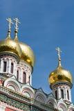 Guld- kupoler av den Shipka kyrkan, Bulgarien Royaltyfria Bilder