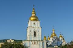 Guld- kupoler av domkyrkan för St Michael i Kiev, Ukraina Sts Michael Guld--kupolformiga kloster - berömt kyrkligt komplex i Kiev arkivbilder