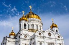 Guld- kupoler av domkyrkan av Kristus frälsaren i Moskvaaga Arkivbild