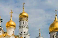 Guld- kupoler av Ivan det stora klockatornet Arkivbild