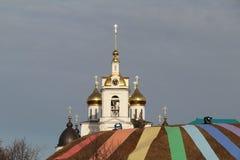 Guld- kupoler av kyrkan Arkivbilder