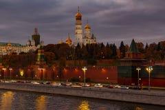 Guld- kupoler av kyrkor i MoskvaKreml mot dramatisk molnig himmel i afton royaltyfri foto