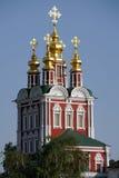 Guld- kupoler av omgestaltningkyrkan i den MoskvaNovodevichy kloster Royaltyfri Foto