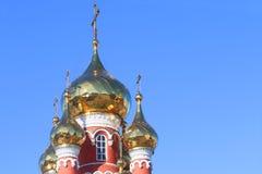 Guld- kupoler med kors av kyrkan Royaltyfria Bilder