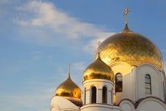 Guld- kupoler och korsortodoxdomkyrka Arkivfoto