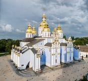 Guld--kupolformig kloster för panoramaSt Michael ` s Kiev Ukraina arkivbild