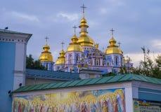 Guld--kupolformig kloster för St Michael ` s Royaltyfria Foton