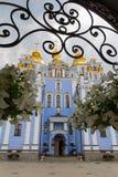 Guld--kupolformig kloster för St Michael ` s med en domkyrka och blommor Arkivbild