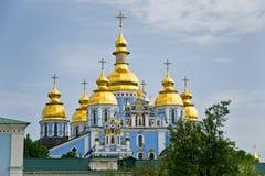 Guld--kupolformig kloster Kiev för St Michael ` s Royaltyfria Foton