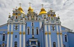 Guld--kupolformig kloster Kiev för St Michael ` s Arkivbild