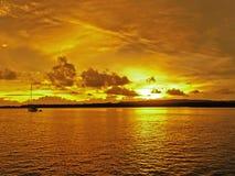 Guld- kust- molnig soluppgångseascape fotografering för bildbyråer