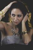 Guld kvinna med Venetian maskeringsmetall, ledset och eftertänksamt royaltyfria bilder
