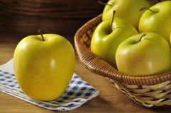 Guld- - läckert äpple Arkivbild