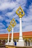 Guld- lampa i thailändsk tempel Royaltyfria Foton