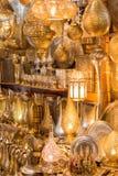 Guld- lampor som visas i en marknad i Marrakesh Arkivbilder