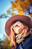 guld- leaves för brunettflicka Royaltyfri Fotografi