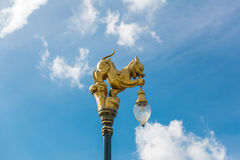 Guld- lejonskulptur med bakgrund för blå himmel, Thailand arkivfoto