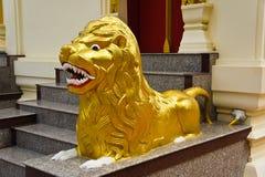 Guld- lejonstaty Arkivbild