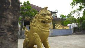 Guld- lejonstaty i buddistisk tempel Decorativesculpture sakralt lejon, mytisk förmyndare och försvarare i asiatisk kultur stock video