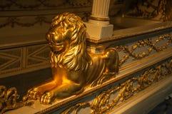 Guld- lejonstaty som dekorerar fartyget på utställning på Sjöhistoriska museet i Amsterdam Arkivfoton