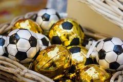 Guld- leksak för jul som fotbollboll i korg xmas-mässa Festlig ferie Julmarknad, mässa close upp Royaltyfria Bilder