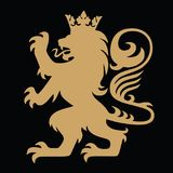 Guld- Lion King Heraldic med kronan Logo Template Vector royaltyfri illustrationer