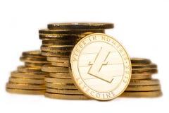 Guld- litecoin framme av en hög av guld- metalliska mynt på w Royaltyfri Bild
