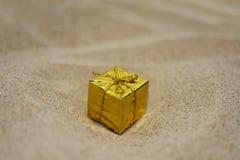 Guld- liten gåva royaltyfri foto