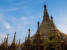 Guld- liten pagod in i konst Myanmar Arkivbilder