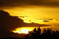 Guld- ljus av solnedgången per afton vid floden, Thailand Royaltyfri Fotografi