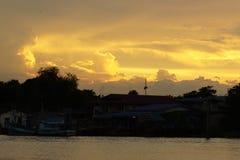 Guld- ljus av solnedgången per afton vid floden, Thailand Royaltyfria Foton