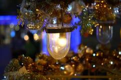 Guld- ljus hållande jul med suddig bakgrund Royaltyfria Foton