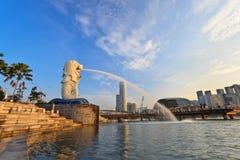 Guld- ljus i morgonen på Singapore Marina Bay Merlion parkerar Arkivfoto