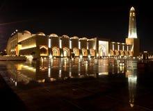 Guld- ljus moské Doha för nattsikt royaltyfri fotografi