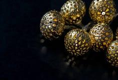 Guld- ljusgirland på mörk bakgrund julen dekorerar nya home idéer för garnering till Royaltyfri Foto
