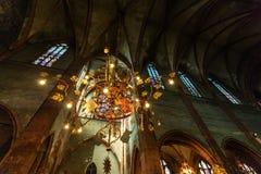 Guld- ljuskrona i den gotiska gamla templet Arkivbilder